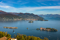 Italy, Piedmont, Stresa: view from district Someraro di Stresa at (left) Isola dei Pescatori (also known as Isola Superiore), (right) Isola Bella with Palazzo Borromeo, in between islet La Malghera, the smallest of the five Borromean Islands (Isole Borromee) and Mottarone cableway (Funivia Stresa-Alpino-Mottarone), behind Isola Madre with Palazzo Madre (Museum) and town Verbania | Italien, Piemont, Stresa: Blick vom Ortsteil Someraro di Stresa auf (links) die Isola dei Pescatori (auch Isola Superiore genannt), (rechts) die Isola Bella mit dem Palazzo Borromeo, zwischen den beiden Inseln liegt das winzige Eiland La Malghera, die kleinste der fuenf Borromaeischen Inseln sowie die Luftseilbahn von Stresa zum Monte Mottarone(Funivia Stresa-Alpino-Mottarone), im Hintergrund die Isola Madre mit dem Palazzo Madre (Museum) und die Stadt Verbania