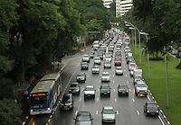 ATENCAO EDITOR: FOTO EMBARGADA PARA VEICULO INTERNACIONAL - SAO PAULO, SP, 14 DEZEMBRO 2012 - TRANSITO EM SAO PAULO -  Chuva e excesso de carros deixa o transito engarrafado na 23 de maio nesse inicio de noite no sentido zona nortel na regiao do viaduto da rua Pedroso na Liberdade zona central da capital paulista nessa sexta, 14. (FOTO: LEVY RIBEIRO / BRAZIL PHOTO PRESS)..