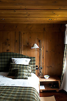 In this guest bedroom the bed linen is co-ordinated with the headboard and curtains