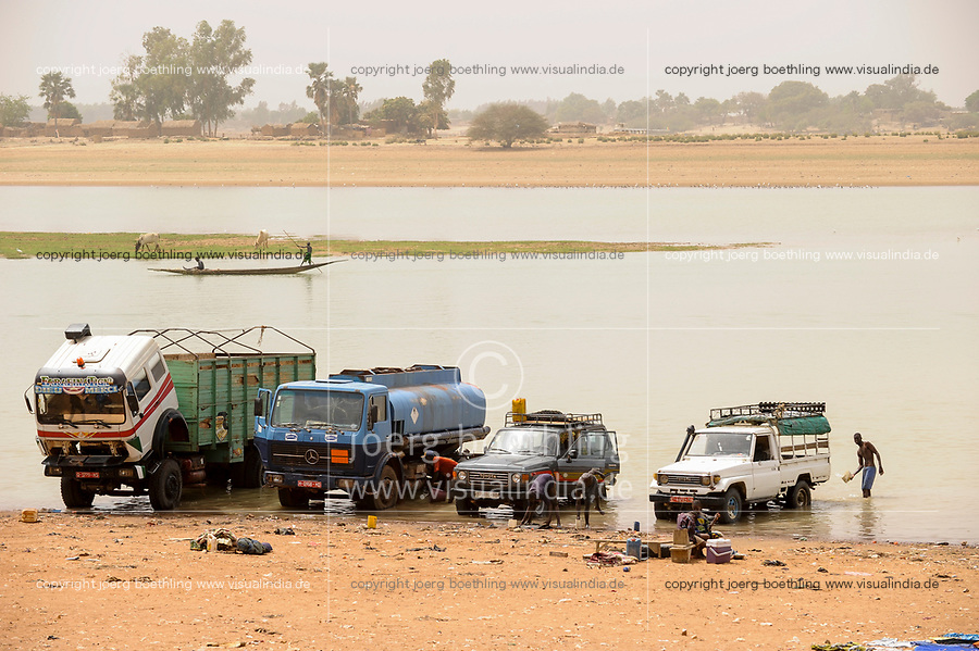 MALI, Mopti, boats on river Niger , car wash / MALI, Mopti, Boot auf dem Fluss Niger, Autowäsche