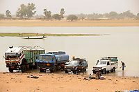 MALI, Mopti, boats on river Niger , car wash / MALI, Mopti, Boot auf dem Fluss Niger, Autowäsche