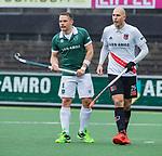 AMSTELVEEN - Simon Egerton (R'dam) met Justin Reid-Ross (Adam)   tijdens de hoofdklasse competitiewedstrijd heren, AMSTERDAM-ROTTERDAM (2-2). COPYRIGHT KOEN SUYK
