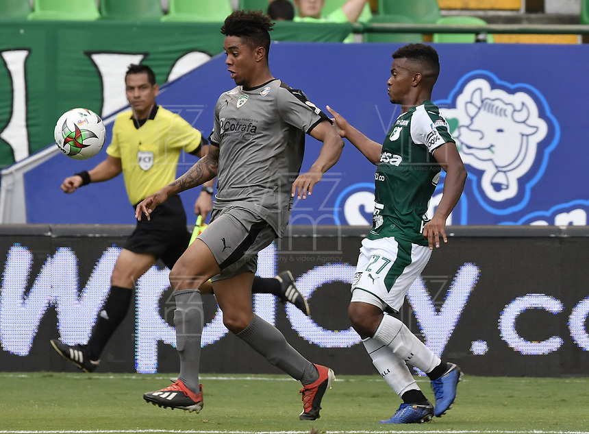 PALMIRA - COLOMBIA, 03-08-2019: Darwin Andrade del Cali disputa el balón con David Camacho de Equidad durante partido entre Deportivo Cali y La Equidad por la fecha 4 de la Liga Águila II 2019 jugado en el estadio Deportivo Cali de la ciudad de Palmira. / Darwin Andrade of Cali vies for the ball with David Camacho of Equidad during match between Deportivo Cali and La Equidad for the date 4 as part Aguila League II 2019 played at Deportivo Cali stadium in Palmira city. Photo: VizzorImage / Gabriel Aponte / Staff