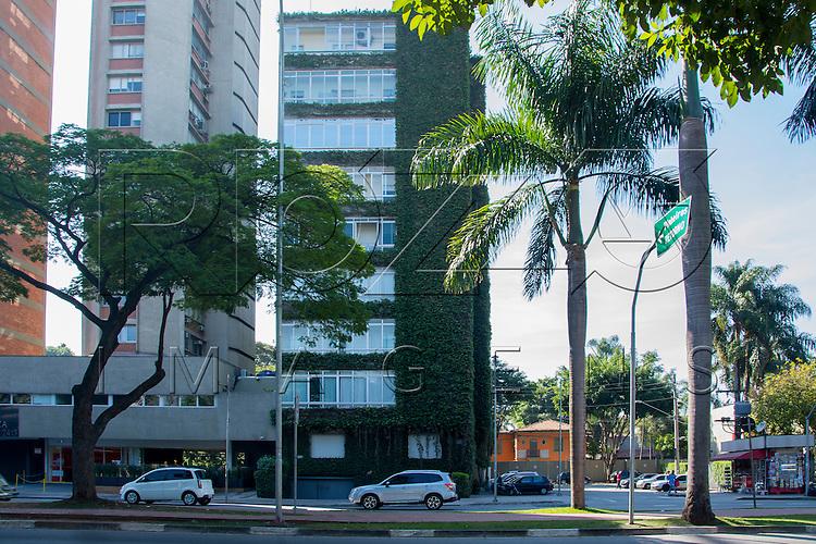 Prédio com jardim vertical na fachada, Av. Brigadeiro Faria Lima, São Paulo - SP, 07/2016.