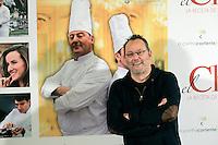"""ATENCAO EDITOR: FOTO EMBARGADA PARA VEICULO INTERNACIONAL - MADRI, ESPANHA, 26 DE NOVEMBRO 2012 - PHOTOCALL THE CHEF - Os atores Jean Reno e  Santiago Segura durante sessao de fotos para promover o filme """"The Chef"""" em Madri capital da Espanha, nesta segunda-feira, 26. (FOTO: MIGUEL CORDOBA / ALFAQUI / BRAZIL PHOTO PRESS)."""