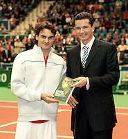 """16-02-2005, Rotterdam, ABNAMROWTT, Richard Krajicek ontvangt zijn boek """"Harde Ballen uit handen van Roger Federer"""