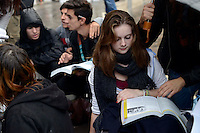 Studenti e studentesse studiano in piazza