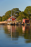 Sweden, Blekinge laen, Tjurkoe island, near Karlskrona: Traditional red Swedish summer house | Schweden, Blekinge laen, bei Karlskrona: traditionelles schwedisches Sommerhaus auf der Insel Tjurkoe
