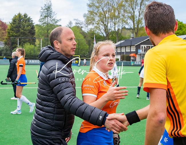 BLOEMENDAAL -   coach Teun de Nooijer (Bldaal) met Melle Spruijt (Bldaal) met scheidsrechter Stefan Her  na de wedstrijd,  , Libera hoofdklasse hockey Bloemendaal-Pinoke (0-0). COPYRIGHT KOEN SUYK