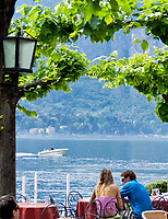 Italien, Lombardei, Comer See, Bellagio: Paar im Cafe | Italy, Lombardia, Lake Como, Bellagio: couple at cafe
