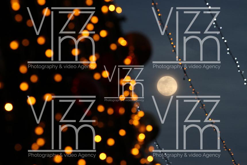 BOGOTÁ - COLOMBIA, 21-12-2018: Escena decembrina en visperas de Luna llena y navidad en la capital./December holiday scene on full moon and Christmas in the capital. Photo: VizzorImage / Felipe Caicedo / Satff