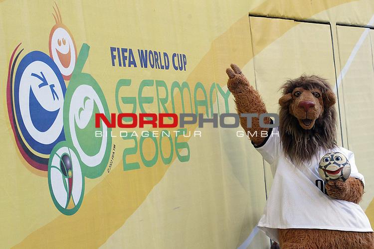 FIFA WM 2006 -  Gruppe D  Vorrunde ( Group D )<br /> Play   #29 (18-Jun) - Frankreich - Korea<br /> <br /> Maskottchen Goleo vor dem Logo der Fussball Weltmeisterschaft.<br /> <br /> Foto &copy; nordphoto