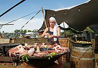 Nederland Amsterdam 2017. De Rollende Keukens bij de Westergasfabriek.  Inktvis op de BBQ bij Rainarai. Foto Berlinda van Dam / Hollandse Hoogte