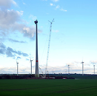 Symbolbild / Feature Errichtung einer großen Windkraftanlage an der A 38 mit einem Spezialkran.<br /> <br />  Foto: Norman Rembarz