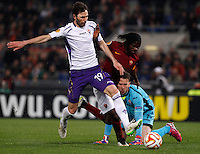 Calcio, Europa League: Ritorno degli ottavi di finale Roma vs Fiorentina. Roma, stadio Olimpico, 19 marzo 2015.<br /> Fiorentina's Jose' Basanta, left, is challenged by Roma's Gervinho during the Europa League round of 16 second leg football match between Roma and Fiorentina at Rome's Olympic stadium, 19 March 2015. At right, Fiorentina's goalkeeper Norberto Neto.<br /> UPDATE IMAGES PRESS/Isabella Bonotto