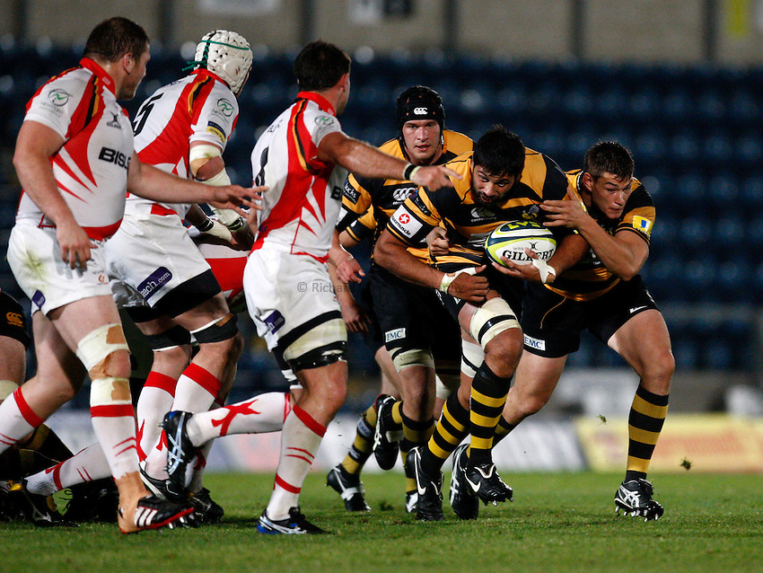 Photo: Richard Lane/Richard Lane Photography. London Wasps v Newport Gwent Dragons. LV= Cup. 22/10/2011. Wasps' Ross Filipo attacks with Tom Lindsay in support.
