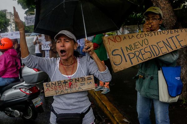 CAR19. CARACAS (VENEZUELA), 28/06/2017.- Simpatizantes de la oposición participan en una protesta en contra de el gobierno de Nicolás Maduro hoy, miércoles 28 de junio de 2017, en Caracas (Venezuela). Cientos de opositores volvieron a cortar hoy calles y carreteras en ciudades de toda Venezuela para expresar su rechazo al proceso Constituyente activado por el Gobierno de Nicolás Maduro, en la tercera acción de este tipo a la que convoca la oposición del país caribeño en una semana. EFE/Cristian Hernández