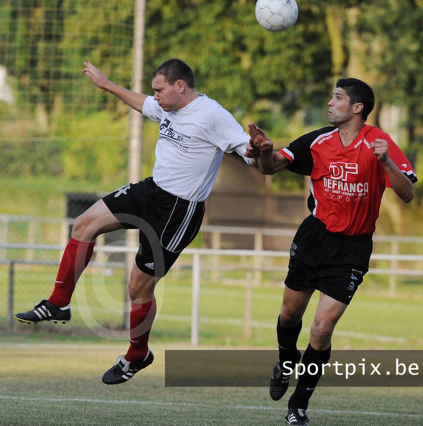 Finale Mandelcup : KFC Izegem - Winkel Sport..kopduel tussen Jens Van Damme (links) en Chris Duquesne (rechts)..foto VDB / BART VANDENBROUCKE
