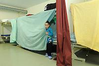 bambino iracheno nel centro per asilanti, richiedenti asilo politico,in un ex bunker a Biasca, Canton Ticino, Svizzera.