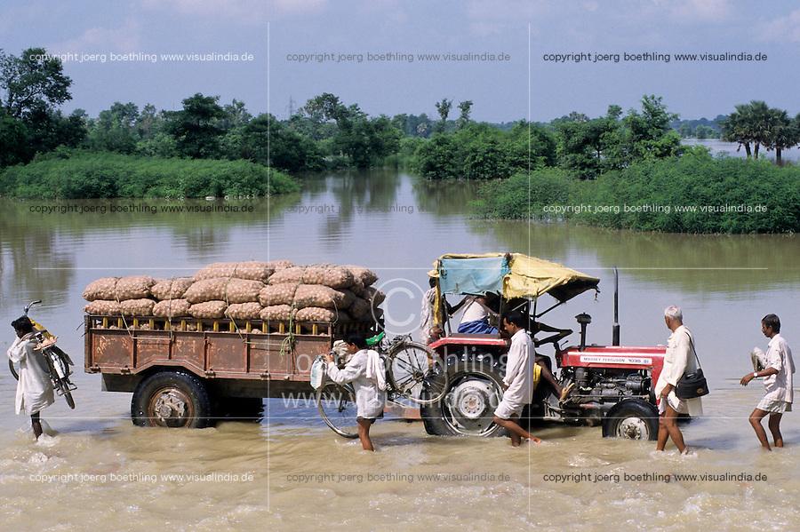 INDIA Bihar , submergence at Bagmati river a branch of ganges due to heavy monsoon rains and melting of Himalaya glaciers / INDIEN Bihar , Fluss Bagmati ein Nebenfluss des Ganges ueberschwemmt Felder und Doerfer durch schwere Monsunregen und abschmelzende Himalaya Gletscher