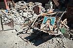 Une  icône religieuse a été déposée sur les restes d'un lit, dans les décombres d'une maison du quartier Ste Anne à Jacmel, le 20/01/2010.