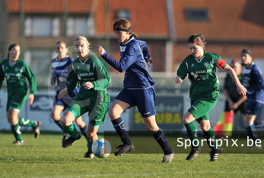 Famkes Merkem - VVDG Lommel : Laurence Alderweireldt aan de bal voor Tessa Vanden Boer (rechts) en Kelly Salu (4).foto DAVID CATRY / Vrouwenteam.be