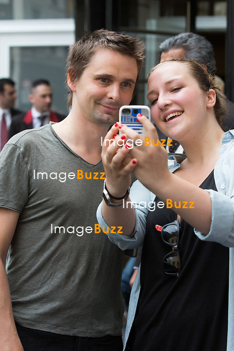 EXCLUSIF - NO WEB, NO BLOG.<br /> Le chanteur anglais Matthew Bellamy, du groupe &quot; Muse &quot; et ex de l'actrice Kate Hudson, &agrave; la sortie de son h&ocirc;tel &agrave; Bruxelles, avec sa nouvelle copine Elle Evans.<br /> Matthew Bellamy et son groupe &quot; Muse &quot; est en t&ecirc;te d'affiche au festival de musique &quot; Rock Werchter 2015 &quot;.<br /> Belgique, Bruxelles, 28 juin 2015.<br /> EXCLUSIVE - NO WEB, NO BLOG.<br /> Singer Matthew Bellamy from ' Muse ' is coming out of his hotel in Brussels, followed by his new girlfriend Elle Evans, trying to hide. Matthew Bellamy and his band ' Muse ' is performing at the Rock Werchter 2015 ' music festival in Belgium.<br /> Belgium, Brussels, 28 June 2015.