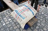 Nederland Amsterdam 2017. In een klein fabriekje in Amsterdam-Noord maken de Chocolatemakers zo eerlijk en duurzaam mogelijke chocoladerepen. De ondernemers regelen zelf de inkoop en laten een zeilschip een flink deel van de cacao vervoeren, want dat is duurzamer dan een vrachtschip. Het schip de Tres Hombres wordt gelost met behulp van vrijwilligers. Naast cacaobonen worden er ook zakken met duurzame koffie de kade op getild. Foto Berlinda van Dam / Hollandse Hoogte.