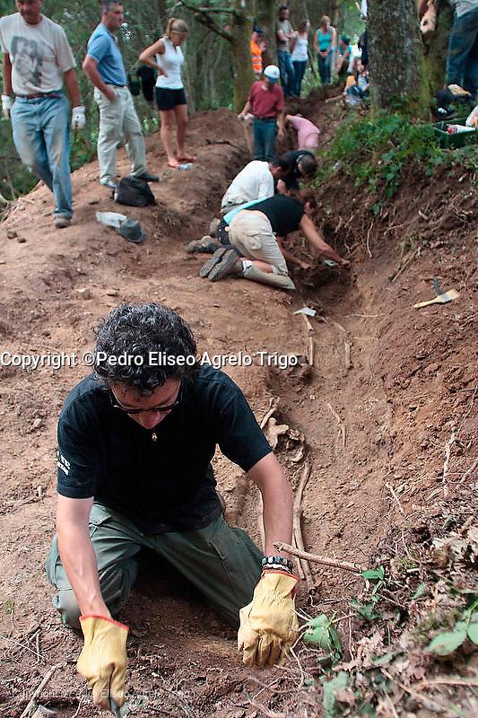 El arqueologo Javier Ortiz del programa de memoria historica ARMH, trabaja en la fosa comun que contiene los restos humanos de un equipo de elite que combatio contra el ejercito falangista, fueron engañados y ejecutados.