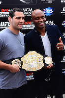 RIO DE JANEIRO, RJ, 29 DE SETEMBRO DE 2013 - UFC / ANDERSON SILVA E CHRIS WEIDMAN- na coletiva de imprensapara a revanche no UFC 168: WEIDMAN vs. SILVA 2, que ocorre no sábado, dia 28 de dezembro, na MGM Grand Garden Arena, em Las Vegas. campeão peso médio do UFC Chris Weidman e o ex-campeão da categoria Anderson Silva visitaram sete cidades em sete dias, em um hotel em Copacabana, na zona sul do Rio de Janeiro. (Foto: Marcelo Fonseca / Brazil Photo Press).