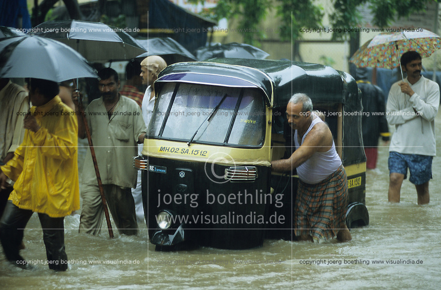 INDIA, Mumbai, Bombay, heavy monsoon rains flood the streets, Bajaj auto rickshaw / INDIEN, Mumbai, schwere Monsun Regen ueberfluten die Strassen