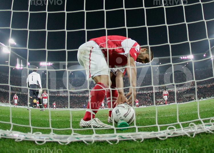 Fussball International WM Qualifikation Schweiz 1-1 Frankreich Tor zum 0-1 durch Djibril Cisse (FRA) , Ricardo Cabanas (SUI) holt den Ball aus dem Tor