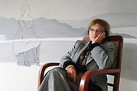 UNGARN, 04.2011. Budapest - VIII. Bezirk. Agnes Heller, Philosophin und Professorin, in ihrer Wohnung am Gutenberg Platz vor einem Bild des zeitgenoessischen Malers Laszlo Feher. | Agnes Heller, philosopher and professor, in her flat at Gutenberg square in front of a picture by contemporary painter Laszlo Feher.<br /> © Martin Fejér/EST&OST