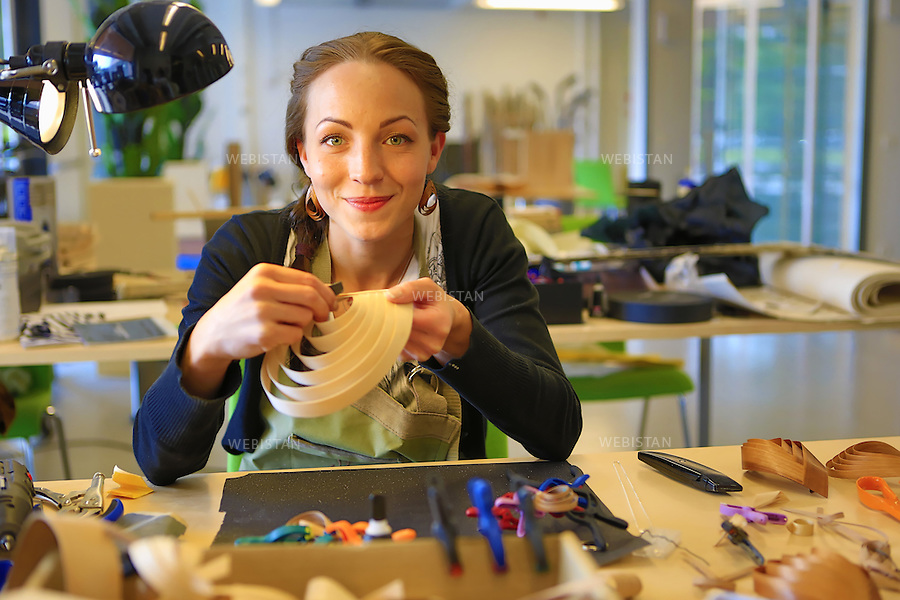 Finlande, Espoo, 31 aout 2012..A l'atelier InnoOmnia pour les entrepreneurs et les artisans, une creatrice realise des bijoux avec des materiaux recycles, tels que des cartons d'emballages. ..OMNIA est un etablissement de 10.000 etudiants, cree pour repondre aux besoins de formation professionnelle des populations de tous ages. En soutenant chaque eleve dans son propre projet professionnel, l'ecole eduque des entrepreneurs qualifies en mettant l'accent sur la creation de start-up et l'insertion en entreprises...Finland, Espoo, August 31st, 2012..At the InnoOmnia workshop for artisan entrepreneurs, a creatrice realized jewelry with recycled materials such as cardboard packaging...OMNIA is a school of 10,000 students created to provide job training programs to people of all ages. Supporting each student with their own professional goals, the school teaches entrepreneurial skills, with a special focus on the creation of start-ups and vocational integration...