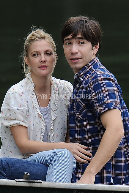 WWW.ACEPIXS.COM . . . . . ....August 6 2009, New York City....Actors Justin Long and Drew Barrymore on the Central Park set of the new movie 'Going the Distance' on August 6 2009 in New York City....Please byline: KRISTIN CALLAHAN - ACEPIXS.COM.. . . . . . ..Ace Pictures, Inc:  ..tel: (212) 243 8787 or (646) 769 0430..e-mail: info@acepixs.com..web: http://www.acepixs.com