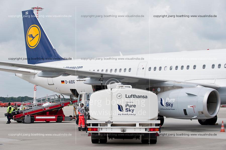 Hamburg airport, Betankung eines Lufthansa Flugzeug mit biofuel, die Lufthansa testet seit Juli 2011 im Rahmen des Forschungsprojekts burnFAIR einen Treibstoff aus nachwachsenden Rohstoffen mit einem Airbus A321 , der taeglich zwischen Hamburg und Frankfurt fliegt, dessen eines Triebwerk zu 50 Prozent mit dem bio-synthetischem Kerosin Pure Sky aus Jatropha -, Camelina Oel ( Leindotter)und tier. Fett betrieben wird, geliefert von finn. Firma Neste Oil , die auf Nachhaltigkeit zertifizierten Rohstoffe kommen von Plantagen der Firma sunbiofuels z.B. jatropha von einer ehemaligen Tabakplantage aus Mozambique  | <br /> Europe Germany GER Hamburg airport , sky tanking of Lufthansa jet Airbus A321 , one turbine is powered with 50 percent biofuel a blend of Jatropha , Camelina oil and animal grease <br /> | [ copyright (c) Lufthansa/Joerg Boethling