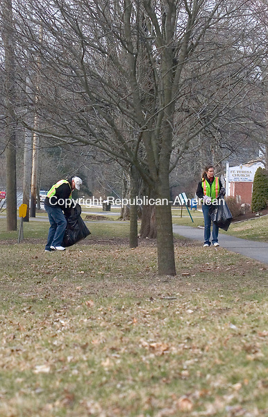 WOODBURY, CT - 07 APRIL 2007 - 040707JW04.jpg -- Ed Santopietro and his daughter Jessica Santopietro pick up trash along Main Street during the town of Woodburys annual spring townwide cleanup Saturday morning. Jonathan Wilcox Republican-American