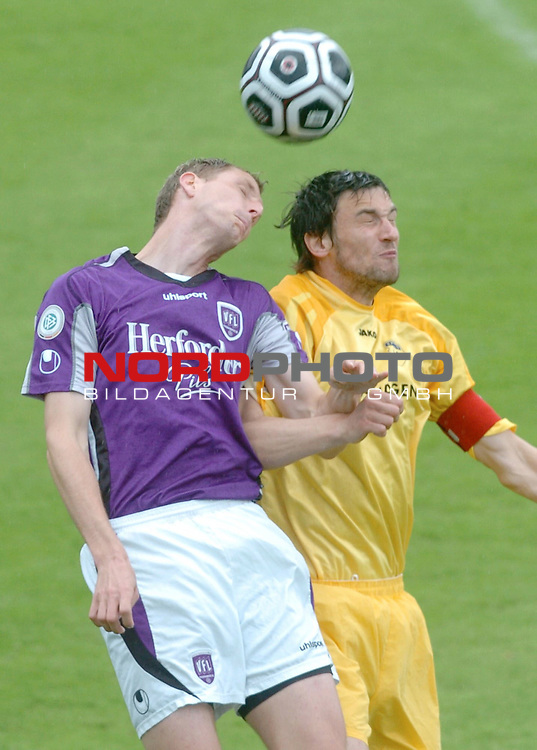 RLN 2005/2006 -37 . Spieltag - RŁckrunde<br />  VFL Osnabrueck vs.Kickers Emden<br /> <br /> Jan Schanda gegen Oliver GlŲden<br /> <br /> <br /> <br /> Foto &copy; nordphoto <br /> <br /> <br /> <br />  *** Local Caption *** Foto ist honorarpflichtig! zzgl. gesetzl. MwSt.<br /> <br />  Belegexemplar erforderlich<br /> <br /> Adresse: nordphoto<br /> <br /> Georg-Reinke-Strasse 1<br /> <br /> 49377 Vechta