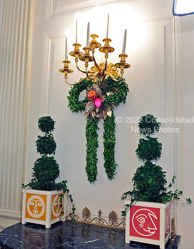 Garland under a candelabra in the State Dining Room during the press preview of the 2012 White House Christmas decorations in Washington, DC on Wednesday, November 28, 2012..Credit: Ron Sachs / CNP
