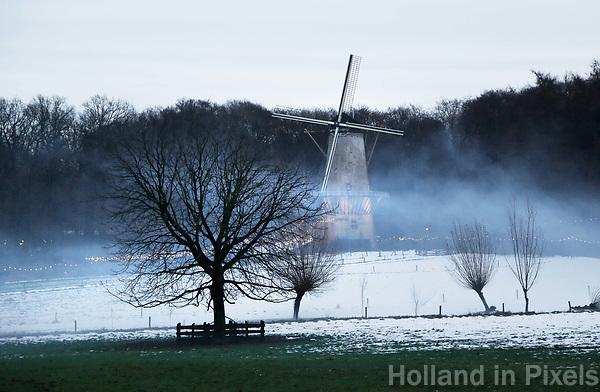 Nederland - Arnhem - 17 december 2017 .  Op 16 en 17 december vond Landleven Winter plaats in het Nederlands Openluchtmuseum. Molen in de mist.  Foto Berlinda van Dam / Hollandse Hoogte