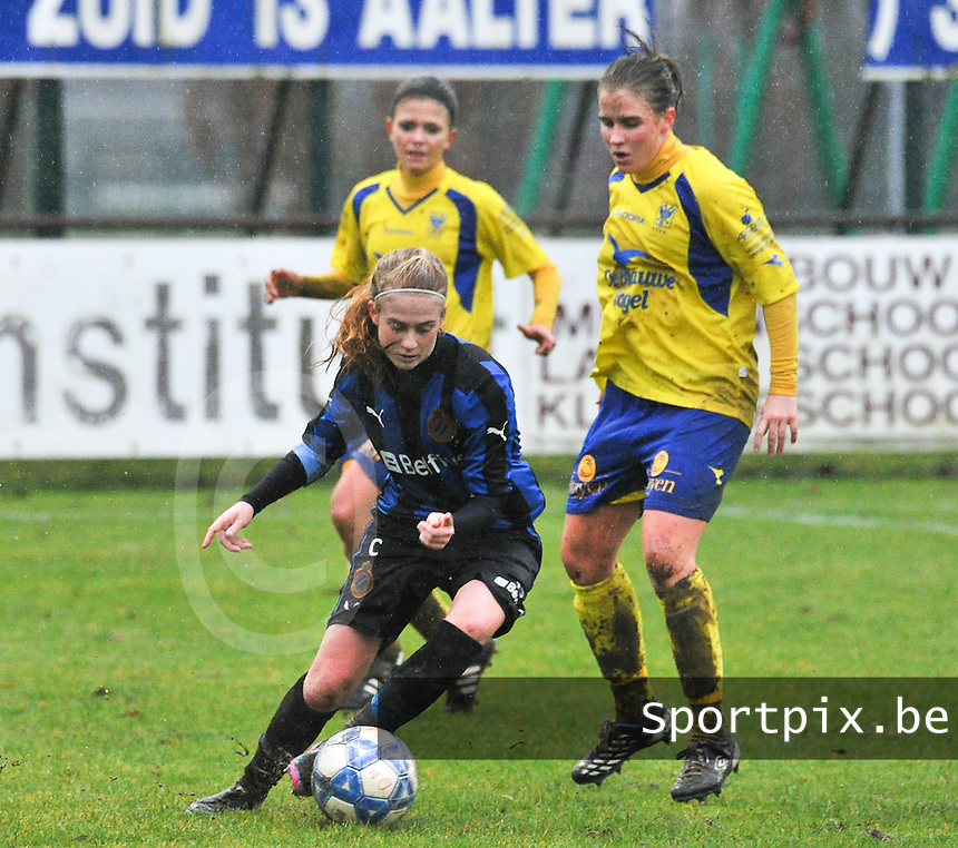 Club Brugge - STVV : Silke Demeyere aan de bal voor Marlies Verbruggen.foto Joke Vuylsteke / Vrouwenteam.be