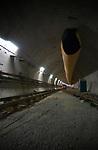 TERNEUZEN - Diep onder de Westerschelde wordt gewerkt aan de langst geboorde verkeerstunnel van Nederland, de 6,7 km lange Westerscheldetunnel die Terneuzen met Ellewoutsdijk op Zuid-Beveland gaat verbinden. De bijna zeven kilometer lange tunnelbuis kost ca. 1,6 miljard gulden. COPYRIGHT TON BORSBOOM