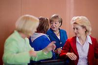 Bundeskanzlerin Angela Merkel (CDU) unterhaelt sich am Mittwoch (05.06.13) im Bundeskanzleramt in Berlin bei der  Kabinettssitzung mit Bundesjustizministerin Sabine Leutheusser-Schnarrenberger (FDP).<br /> Foto: Axel Schmidt/CommonLens