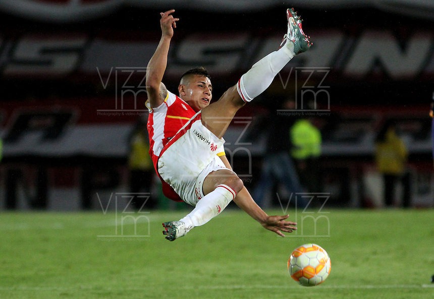 BOGOTÁ -COLOMBIA, 25-11-2015. Juan Roa (Izq) jugador del Independiente Santa Fe de Colombia disputa el balón con Marcelo Baez(Der) jugador del Sportivo Luqueño del Paraguay   durante partido por la semifinal F 1 de la Copa Sudamericana  2015 jugado en el estadio Nemesio Camacho El Campín de la ciudad de Bogotá./ ¨Juan Roa (L) player of Independiente Santa Fe of Colombia  fights for the ball with Marcelo Baez (R) player of  Sportivo Luqueno of Paraguay during the match for the Copa Sudamericana semifinal F 1- 2015 played at Nemesio Camacho El Campin stadium in Bogotá city. Photo: VizzorImage/ Felipe Caicedo  / Staff