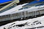Bouwdetails tijdens een koude vorstperiode op een bouwplaats in de winter: tijdens werkzaamheden aan het dak van een woningbouwproject smelt de sneeuw om direct weer op te vriezen. COPYRIGHT TON BORSBOOM