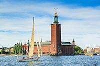 Segelbåt äldre klassisk i trä seglar framför Stadshuset på Riddarfjärden i Stockholm