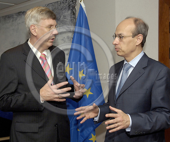 Brussels-Belgium - 22 November 2006---Gijs DE VRIES (ri), EU Counter-terrorism Co-ordinator, receives Dr. Ingo WOLF (le), Minister for the Interior and Sports of NRW (Nordrhein-Westfalen / North Rhine-Westphalia)---Photo: Horst Wagner/eup-images