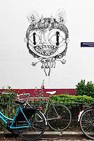 Nederland - Amsterdam - 2020. Duurzame graffiti. Kunstenaar Nouch (Nouchka) heeft op een muur in het Spinozahof een bijzonder kunstwerk gemaakt. Het wit in het kunstwerk is gemaakt met Airlite-verf, dat is verf die de lucht zuivert. Het zwart is gemaakt van roetdeeltjes, air-ink. Eén vierkante meter van deze schildering heeft hetzelfde zuiverende effect als één vierkante meter aangeplant bos. Foto: ANP / Hollandse Hoogte / Berlinda van Dam
