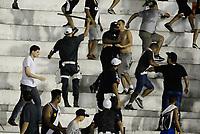 RIO DE JANEIRO, RJ, 07.06.2017 - VASCO-CORINTHIANS - Torcida do Vasco briga entre sí após partida contra o Corinthians em jogo válido pela quinta rodada do Campeonato Brasileiro no estádio de São Januário no Rio de Janeiro, nesta quarta, 07. (Foto: Clever Felix/Brazil Photo Press)