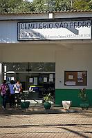 """SÃO PAULO,SP,13 MAIO 2013-  CEMITERIO ANIMAIS - Faixada do cemiterio Vila Alpina onde cães e gatos poderão ser enterrados em cemitérios públicos de SP. Projeto de lei que começou a tramitar na Câmara Municipal diz que terão prioridade os """"animais de estimação da família do concessionário da campa ou jazigo"""". FOTO: ALE VIANNA - BRAZIL PHOTO PRESS"""